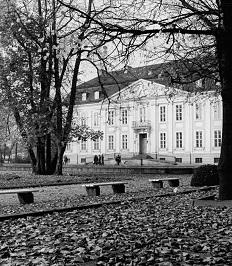 ADN-ZB Frohse-31.10.82 Berlin: In herbstlicher Ruhe präsentiert sich das Schloß Friedrichsfelde dem Tierparkbesucher.